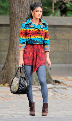 Jessica Szohr Clashes Her Prints As Vanessa Abrams On The Set Of Gossip Girl, 2010 Gossip Girl Vanessa, Gossip Girl Chuck, Estilo Gossip Girl, Gossip Girl Fashion, Fashion Tv, Fashion Beauty, Fashion Outfits, Womens Fashion, Fashion Clothes