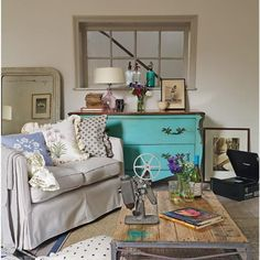 Country living room pictures and photos for your next decorating project. Find inspiration from of beautiful living room images Country Cottage Living Room, Country House Interior, Country Homes, Ikea Living Room, Chic Living Room, Living Rooms, Sala Vintage, Vintage Style, Vintage Country