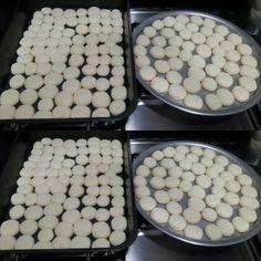 Delícia da vida 2 ovos 600g de maizena 1 lata de leite condensado  250g de margarina 1 colher de raspas de limão  - ---- mistura primeiro as gemas, a margarina, acrescenta o leite condensado, depois aos poucos vai colocando a maizena até ficar uma massa uniforme e lisinha... faz as bolinhas e achata com o garfo  e coloca no forno preaquecido por 15min  em fogo 200graus. verifica se dourou em baixo e  Deixa esfriar. Bom apetite!!