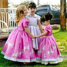 Vestido de Festa Infantil. E para você que vai fazer uma festa com tema Carrossel, olha que fofura esses vestidos para as suas filhas usarem. Por Via Flora Girls.