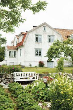 KALKSTENSHUS MED ORANGERI: Storstadsborna Birgitta och Anders var egentligen bara ute efter ett fritidshus – men de blev förälskade i ett kalkstenshus från 1800-talet och valde att flytta hit permanent. Här, nära strandängarna och havet, skapar de vackra rum och äter middag i orangeriet om byggts av vackra kasserade fönster. I Visby hittade Anders och Birgitta det gamla enkupiga tegel som nu pryder gården | Eva Tivell / foto Ulrika Ekblom - Lantliv