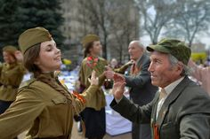 Armenian Photographer's Stunning Street Photography reveals life in Russia: May 9 Addition | Vicious Kangaroo
