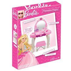 Para as pequenas que são fãs incondicionais da Barbie, chegou um acessório incrível para elas ficarem ainda mais lindas.   A Penteadeira Mágica da Barbie é um luxo só e vai encantar as garotinhas que adoram produtos desta linda personagem. O conjunto vem com uma penteadeira, um secador e vários acessórios para as meninas se juntarem às amigas e brincarem muito.  O mais legal deste brinquedo é que a penteadeira possui luzes e emite som quando as pequenas apertam o coração.