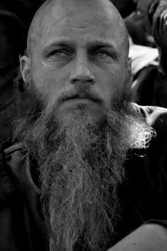 Découvrez la véritable histoire du peuple scandinave et plus particulièrement de l'un de ses rois légendaires : Ragnar Lodbrok. Ragnar Lothbrok, Book Nerd, Viking Jewelry, Viking Warrior, The Vikings, Norse Mythology, American Series