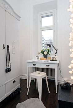 ___little desk (great for small spaces)