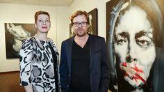 Die Galeristin Felicitas Singer, der Maler Roman Träxler und eines der grossformatigen Bilder aus der «Monaco Hebdo»-Serie. (Foto: Paul Trummer)