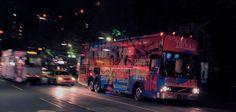 """Der """"AMP 614"""" Bus mit dem die Heilsarmee in Melbourne, Australien in den Abendstunden auf den Straßen der Stadt unterwegs ist, um obdachlosen Jugendlichen und Kindern aus Randgruppen zu begegnen. An Bord befindet sich eine Küche, mehrere Computer, Xbox-Spielekonsolen, ein DJ-Pult, eine Chill-out-Area sowie ein Bereich, in dem Jugendliche Seelsorge in Anspruch nehmen können. Weitere Infos…"""