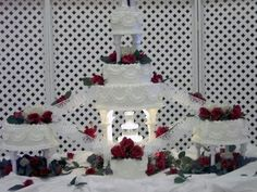 wedding cakes red Bring back the classic.orange/peach roses instead of red.and the wedding party statues going up the bridge! Wedding 2015, Trendy Wedding, Our Wedding, Dream Wedding, Wedding Blog, Wedding Stuff, Wedding Cake Designs, Wedding Cake Toppers, Wedding Themes