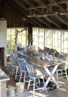 Oppussing av gammelt småbruk med utedo - Inspirasjon Outdoor Furniture Sets, Outdoor Decor, Country Style, Blue And White, Table, Home Decor, Kitchen, Rustic Style, Decoration Home