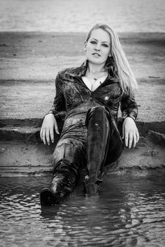 Mudding Girls, Leder Outfits, Smoking Ladies, Military Girl, New Fashion, Womens Fashion, Wet Look, Christen, Rain Wear