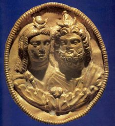 Egypte, époque ptolémaïque, fin du IIIe s. av. J.-C, médaillon en or représentant Isis et Sérapis