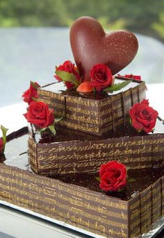 Chocolate cake with red roses Lemon Cupcakes, Cupcake Cakes, Beautiful Cakes, Amazing Cakes, Piano Cakes, Festa Party, Chocolate Lovers, Chocolate Cake, Chocolate Shoppe