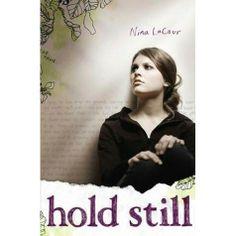 Hold Still av Nina LaCour - en väns självmord, en upphittad dagbok, att hitta tillbaka till sig själv, vänskap och kärlek