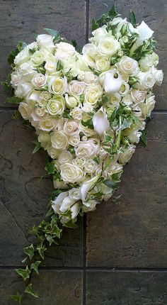 grabgestaltung allerheiligen A swinging heart, based in 6 different type of ivory and white roses, with a Calla Lily and Ivy Trail crown with an Ivy edge. Funeral Floral Arrangements, Modern Flower Arrangements, Funeral Flowers, Wedding Flowers, Floral Bouquets, Floral Wreath, Funeral Sprays, Cemetery Decorations, Casket Sprays