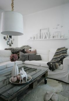 pellet coffee table, hydrangea vase, rug, grey cushions. All looks delish