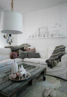 pellet coffee table, hydrangea vase, rug, grey cushions. All looks delish