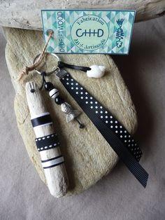 Porte clés et/ou bijou de sac en bois flotté et coquillage noir et blanc : Autres bijoux par c-driftwood http://www.alittlemarket.com/boutique/c_driftwood-1849323.html