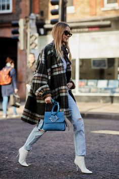 50 Street Style Snaps of the Most Colourful Outfits at London Fashion Week Street Style Trends, Denim Street Style, Street Style Women, Street Styles, London Fashion Weeks, Womens Fashion Online, Latest Fashion For Women, Fashion Women, Fall Outfits