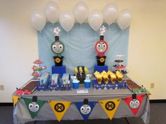 {Thomas the Train Party Ideas} - so viele tolle Dekor- und Details zum Essen! Thomas Birthday Parties, Thomas The Train Birthday Party, Trains Birthday Party, Birthday Party Themes, Birthday Ideas, Birthday Diy, Happy Birthday, Train Party Favors, Train Party Decorations