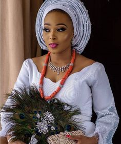 The hand fan has always been an accessory that African brides and particularly Nigerian brides always have with them at the traditional wedding ceremony. Wedding Trends, Wedding Styles, Nigerian Bride, Traditional Wedding Cake, African Men Fashion, Wedding Humor, Wedding Attire, Hand Fan, Fashion Tips