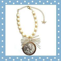 Medalhão para Berço Imagem: Anjo Comprimento aprox: 20 cm  Banho: Prata Velha Cor: Pérola R$ 65,00