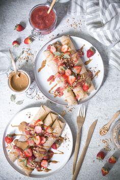 Gesunde Buchweizenpfannkuchen mit Erdbeer-Rhabarber-Kompott - das einfachste Pfannkuchenrezept der Welt