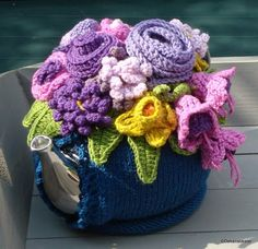 Knitted Tea Pot Cosy with Crocheted Embellishments Pic found via blij dat ik brei Pattern can be found here at Crochet with Raymond Tea Cosy Knitting Pattern, Knitting Patterns, Crochet Patterns, Scarf Patterns, Knitting Tutorials, Love Crochet, Crochet Flowers, Crochet Granny, Hand Crochet