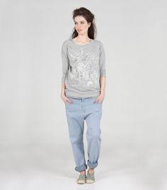 (D)08/3 jeans Girlfriend light blue en erop de (D)05/20 top Tex in off white/my night waarover de (D)03/9 sweater Kiefer in grey melange met print in my night/off white/gold.