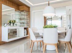 Sala de jantar com tons claros e aconchegantes {💜} A cristaleira toda em vidro e espelho dão um charme ao espaço { Projeto Caique Lopes }
