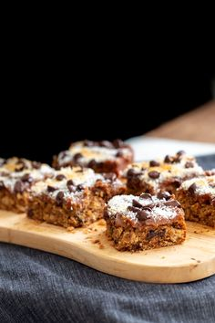 These Vegan Date Caramel Bars are the best grab-and-go snack for all lovers of oatmeal bars, chocolate, and caramel. Easy & delicious oatmeal chocolate chip bars made completely from scratch in no time, layered with creamy homemade date caramel. Vegan Gluten Free Desserts, Raw Desserts, Vegan Dessert Recipes, Vegan Sweets, Healthy Desserts, Snack Recipes, Snacks Ideas, Vegan Oatmeal, Oatmeal Bars