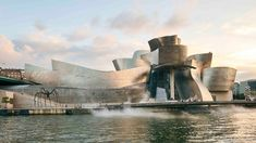 Designed by Frank Gehry, the Guggenheim Museum Bilbao building represents a magnificent example of the most groundbreaking architecture. Frank Gehry, Museum Architecture, Spanish Architecture, Contemporary Architecture, Museu Guggenheim Bilbao, L'architecture Espagnole, Famous Buildings, World Heritage Sites, Cool Places To Visit