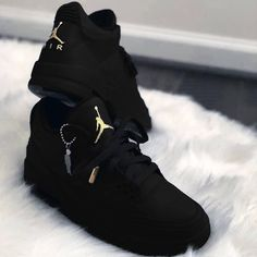 Jordan in Schwarz Dr Shoes, Hype Shoes, Shoes Men, White Nike Shoes, Nike Air Shoes, Nike Socks, Sneakers Fashion Outfits, Mode Outfits, Girly Outfits