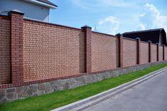 Кирпичный забор с каменным цоколем Front Wall Design, House Fence Design, Balcony Railing Design, Door Gate Design, Exterior Wall Materials, Wall Exterior, Brick Wall Gardens, Compound Wall Design, Brick Construction