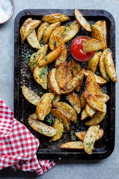 Easy spicy garlic baked potato wedges - Simply Delicious. Dinner | Lunch | Vegetarian | Vegan | Gluten free | 4th of July | Barbecue | Grilling | Side dish | Easy recipe | Easy dinner | Family recipe