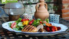 Leichter und frischer Sommersalat mit Honig-Hähnchen an gegrillten Paprikaschoten. Hol dir das Rezept...