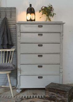 Varmgrå byrå från 1800-talet SÅLD Decor, Inspiration, Furniture, Interior Decorating, Home, Interior, Hand Painted Furniture, Painted Furniture, Home Decor