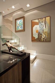As assinaturas de Roberto Burle Marx e de Aldo Bonadei, nos quadros que decoram a parede da escada da entrada, enobrecem a ambientação do apartamento com reforma projetada pelo designer de interiores Oscar Mikail. Na residência, quadros, esculturas e móveis antigos convivem em harmonia com peças contemporâneas