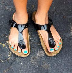 Flashy toepaint and shiny Birkenstock Gizeh. Birkenstock, Schools, Jewlery, Sandals, Sexy, Beautiful, Fashion, Nice Asses, Moda