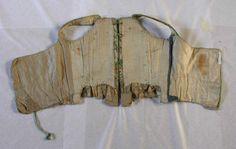 Le corps à baleine date du milieu du 18e siècle et a été transformé par la suite au moment de la mode des corps souples (mode parisienne des années 1780 qui s'est répandue en province dans les années 1790)