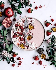 Berry, Coconut, Pomegranate and Dragon Fruit Smoothie Bowl | Pinterest: nasti