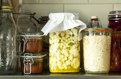 Selderijsalade van gefermenteerde knolselderij. Dit recept laat zien dat fermenteren niet altijd dagen hoeft te duren. Fermentation Recipes, Homemade Pickles, Food Lab, Fermented Foods, Kimchi, Tapenade, Beets, Green Beans, Kombucha