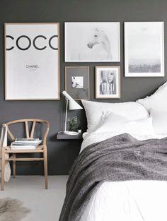 Dormitorio con cuadros en gris y blanco