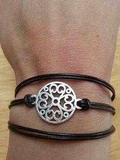 Leren armband met bloem tussenzetsel. van Made-by-Kelly op http://nl.dawanda.com/shop/bracelets-armbanden