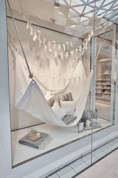 The white company - summer living store window display retai Window Display Retail, Window Display Design, Retail Windows, Store Windows, Display Windows, Summer Window Displays, The White Company, Summer Decoration, Vitrine Design