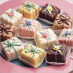 Traditionally Petis Fours (singular: Petit Four) are small desserts, typically cake, eclairs, tarlets, etc. Petit Four is French for small oven. The name dates Tea Cakes, Mini Cakes, Cupcake Cakes, Pretty Cakes, Beautiful Cakes, Beautiful Things, Petit Cake, Cupcakes Decorados, Little Cakes