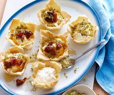 Régalez vos amis en leur proposant des tulipes croustillantes au fromage frais, pistaches, dattes et miel à l'apéritif.