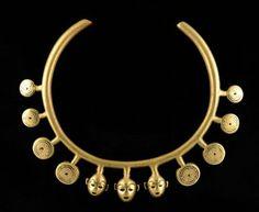 Torque Collier de chasseur de têtes constitué d'un torque en bronze orné de huit pendentifs gravés d'une spirale et de trois têtes trophées. Cire perdue. Très belle patine d'usage. Bronze Inde, Nagaland