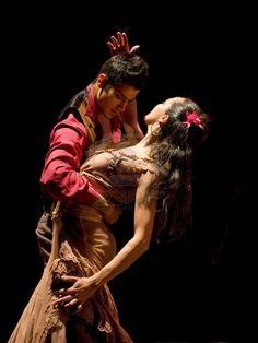 ❏CHENGDU - 28 DEC: El mejor Flamenco Dance Drama, nos recuerda a Paco y a Ana del libro Plaga de Oro, bailando sevillanas en el cuarto de hotel.