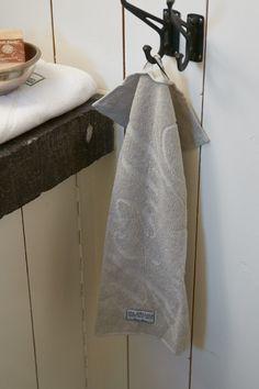 Deilig frottéhåndkle i 100% fra Riviera Maison Mål: 50x30cm Kommer i flere farger og størrelser, også i vaskeklut og badmatte