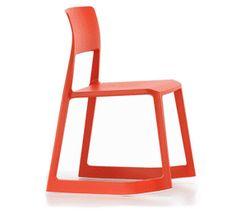 Tip Ton, diseño de Edward Barber & Jay Osgerby para Vitra, define una nueva tipología de sillas: las sillas fabricadas completamente en material sintético y que, además, pueden inclinarse hacia adelante.
